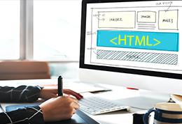 Manos de un Técnico en diseño de sitios web, estructurando en su computador una página web