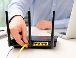 técnico conectando dispositivo a la red