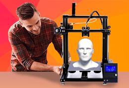 Impresor 3D junto a pieza 3D de cabeza de hombre