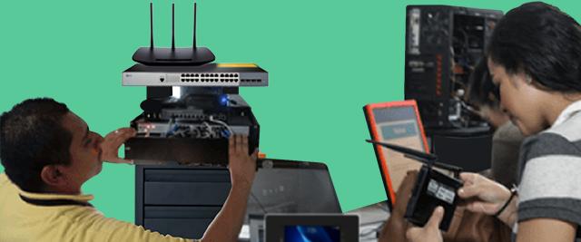 Técnico en redes locales configurando equipo de redes y alumnos revisandos configurando dispositivos