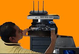 Técnico en redes locales configurando equipo de redes