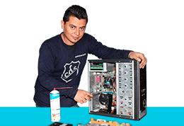 Técnico en mantenimiento de computadora reparando PC