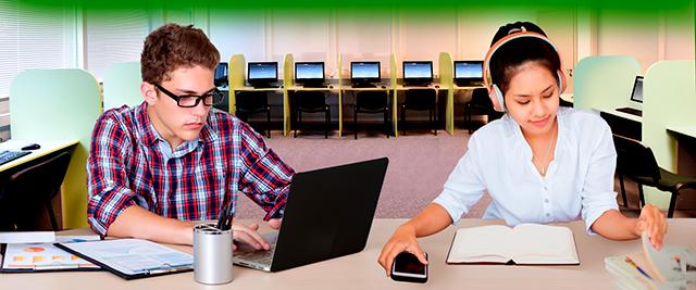 Pareja de estudiantes de informática e inglés escriben resumen de clases y usan su laptop dentro de centro de computo